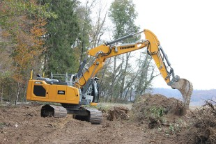 The R 924 G8 crawler excavator is equipped with a variable offset boom as well as a SLC undercarriage with 700 mm track pads for maximum stability.
