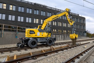 The multitalented construction machine: The Liebherr A 922 Rail Litronic railroad excavator is used both in rail construction and for traditional earthmoving operations.