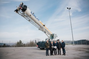 In the picture from left to right: Danyel Temizkan (Liebherr Makine Ticaret Servis Ltd. Sti.), Hanifi Gürbuz (Sarilar Group), Christoph Kleiner (Liebherr-Werk Ehingen GmbH), Ceyhun Hazneci (Liebherr Makine Ticaret Servis Ltd. Sti.), Michael Heckenberger (Liebherr-Werk Ehingen GmbH) at the ceremonial handover of the key.