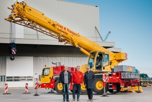 From left to right: Norbert Branzko, Mario Klar (both from Kran & Transport Lausitz), Burkhard Berndt (Liebherr-Werk Ehingen GmbH)