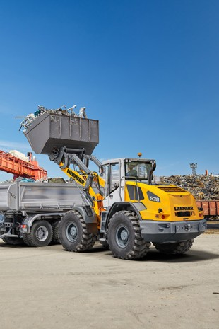 Worldwide premiere of the new mid-range wheel loader series. An L 538 is shown here in recycling operations.