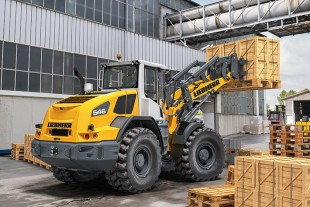 A new Liebherr L 546 wheel loader in operation. The parallel kinematics are suitable for use with a forklift.