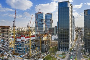 Powerful crane fleet in Tel Aviv: Liebherr tower cranes are being used to build the three-tower LYFE business complex in the Bnei Brak industrial zone in Israel.