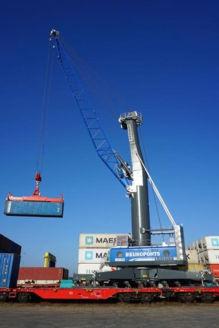 EUROPORTS Germany loads containers of the New Silk Road with Liebherr mobile harbour cranes