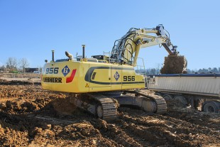 After 11 years and 16,000 hours of loyal service, the R 954 crawler excavator purchased in 2008 has been superseded by the latest model: The R 956.