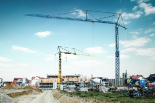 Liebherr 125 K fast-erecting crane in operation at a large housing construction project in Langweid am Lech.