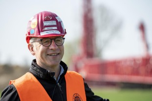 Confident – Colonia's Sales Manager Thomas Reuther intends to use the crawler crane for bridge construction and in the petrochemicals industry, among other things.