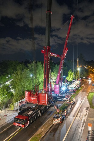 Far away – the 750 tonne mobile crane picked up the load from a distance of over 37 metres away and also had to reach over the LTM 1400/1.