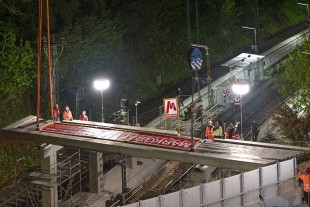 In position – the reinforced concrete component was placed on its piers at a distance of 30 metres over the closed rail track.