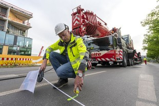 Good plan – Nolte's Project Manager Jürgen Peters marks the precise positions of the machines as the crane fleet arrives.