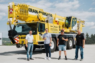 "From left to right: Joachim Sommer (Liebherr-Werk Ehingen GmbH), Felix Burgard, Bernd Krause, Klaus Giesinger (all from Kran Burgard GmbH) raise their glasses with the Burgard ""Kraft"" corporate drink to the new LTM 1110-5.1."