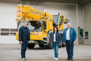 From left to right: Jens Fähse (Liebherr-Werk Ehingen GmbH), Jessica Schomburg, Torsten Schlamann (both from Schlamann-Autokrane GmbH).
