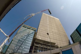 Going into the height: The air conditioning units had to be lifted 70 meters with a 45 m radius onto the rooftop.