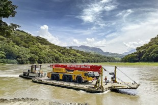 Exceptional project – an LTM 1220-5.2 from Movitram is floated on a barge eight kilometres along the Rio Cauco in Colombia.