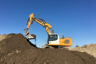 Groupe Cassous's Liebherr R 922 Generation 8 crawler excavator with adjustable boom and tilting bucket: for greater versatility in the same position.
