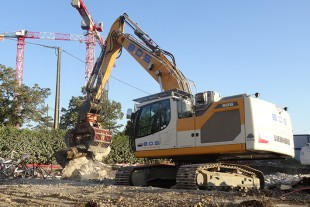 There is a Liebherr crawler excavator for all applications: Here the R 926 from BDS with its sorting grab is perfectly suited to demolition work.