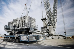 The SPMTs provide all the driving modes of a ballast trailer for the Liebherr LR 11000 crawler crane.
