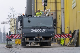 Pinpoint accuracy – crane operator Christian Kaufmann extended the outriggers on the 5-axle crane precisely to the edge of the road. The outriggers on the load side of the mobile crane are extended 100 percent. All made possible by VarioBase®.