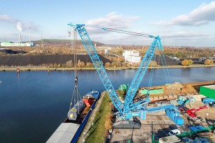 450 tonnes are suspended from the hook of the Liebherr LR 11000.