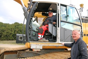Leif Ejlertzen, coordinator of HM-Entreprenør, talks to Ruben Hom Andersen, operator of one of three Liebherr R 945s.
