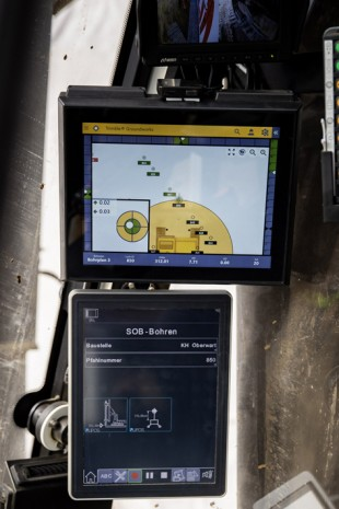 The exact position of the Liebherr machine is constantly displayed on the additional LIPOS monitor in the cab.