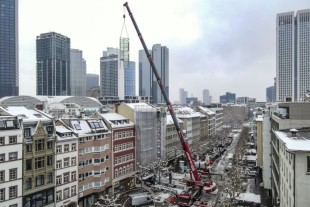Autodienst West installs an elevator shaft in Frankfurt city centre.