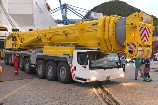 The new LTM 1500-8.1 of Brazilian contractor Darcy Pacheco Soluções de Peso is being unloaded in Brazil.