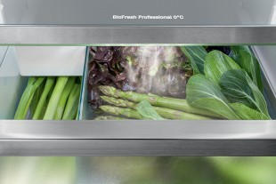 Constantly fresh vegetables – the HydroBreeze function covers fruit and vegetables in the BioFresh Professional safe with a cold mist ith a Liebherr. Food stays fresh and crisp for longer with a Liebherr.