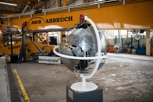 In addition to the impressive machine, a steel globe made by the apprentices of the Liebherr-France SAS welding training centre was also exhibited.