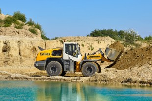 The L 556 XPower® wheel loader with z-bar kinematics and earth bucket engaged in conventional mining operations.