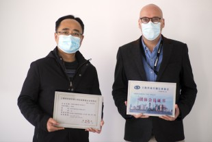 Honored to receive the SARI-certificates: Deputy General Manager Roland Friedrich (right) and Operation Director Yongkang Yu (left) of Liebherr-Transportation Systems (China)