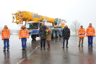 Crane handover in the snow (from left to right): Marcel Mohr, Lutz Schreiber, Frank George, Marite George (all RMT), Erich Schneider (Liebherr-Werk Ehingen GmbH), Adam Woloszczak, Thomas George (both RMT).