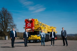 Crane handover in Ehingen (from left to right): Stephan Wassmuth (Dietmar Flossdorf GmbH), Erich Schneider (Liebherr-Werk Ehingen GmbH), Dietmar Flossdorf, Marco Flossdorf (both Dietmar Flossdorf GmbH), Florian Maier (Liebherr-Werk Ehingen GmbH).