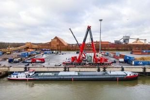 Heavy load with tandem lift: Two LTM 1500-8.1 unload 235 tonne transformers at the Port of Stade. The LTM 1160-5.2 in the background is used for assembly work.