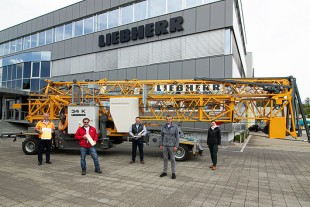 On the day of the handover of the milestone crane, f.l.t.r.: Stig Oliver Buch (Liebherr-Baumaschinen AG), Daniel Mathis (Mathis Bau AG), Thomas Fanger (Liebherr-Baumaschinen AG), Daniel Kiefer (Liebherr-Baumaschinen AG), Simone Stier (Liebherr-Export AG).