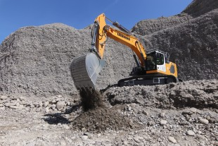 The R 945 G8 crawler excavator is used at the Sablière du Beynon quarry, a 48-hectare site where SAB quarries 450,000 tonnes a year.