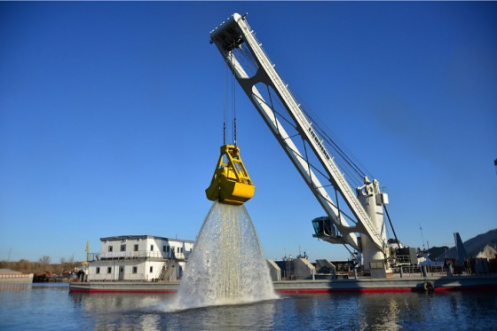 Content-3to2-liebherr-sc-fts-cbg-350-cargo-board-grab-crane-floating-transfer-solution-bulk-handling-bulk-port-kolomna-russia