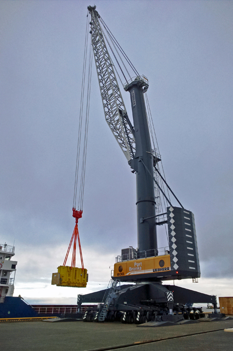 Unique bulk cargo capacity of 2,300 tonnes per hour: The gigantic mobile harbor crane LHM 800