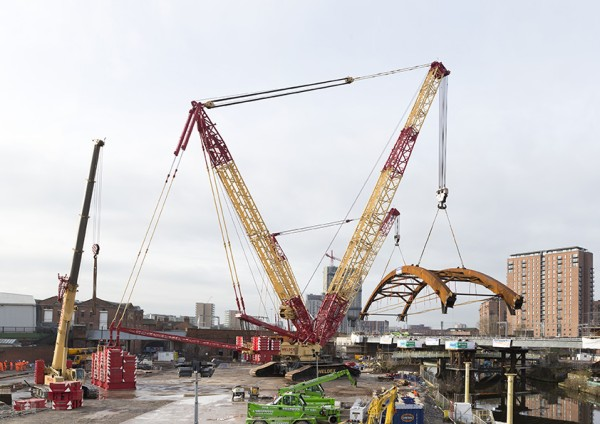 Fully ballasted – the crawler cranes move a total of around 30 metres with the bridge arch on their hooks.