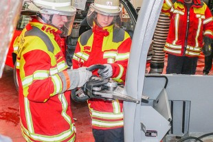 Practical tests by Ehingen Fire Service on driver's cabs and crane cabins